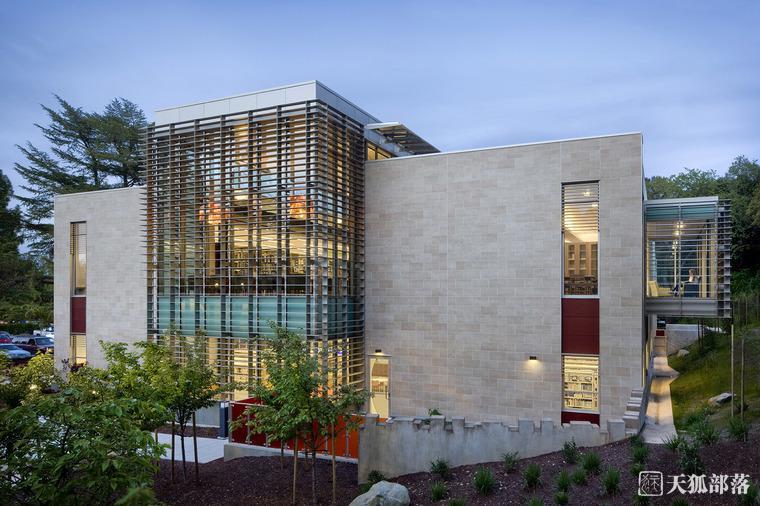 坐落在树木葱翠的山坡脚下的Los Gatos新公共图书馆是一个整体规划里重要的元素,它加强了城市中心和历史公园之间的联系。两层的公共图书馆以其矩形的形式补足了毗邻的60年代的文娱中心。这个文娱中心一幢优雅的砖石建筑,分为四部分,并且有一部分低于地表。我们想要和这个60年代的市政中心建立联系并与之形成对比,诺尔和塔姆公司的负责人Chris Noll这样说。这座近3万平方英尺的图书馆的灵感来自一盏灯笼,它是社区的一种欢迎符号,同时也是一种视觉游戏,暗示着内部富饶的开明的世界。白天,在北面和南面的墙壁上的